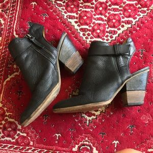 Dolce Vita cut out black Bootie size 8.5